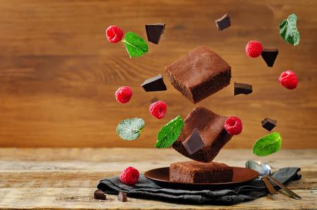 ミントとラズベリー チョコレート ケーキ ブラウニーを飛んでいます。調子を整えます。選択と集中