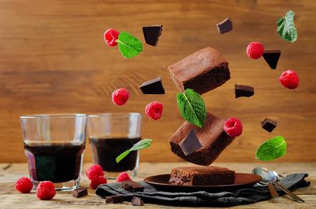 초콜릿 케이크를 비행 민트와 라스베리 브라우 니입니다. 토닝. 선택적 포커스