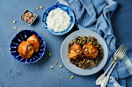 Pollo speziato marocchino con datteri e melanzane. tonificante. messa a fuoco selettiva Archivio Fotografico - 85313816