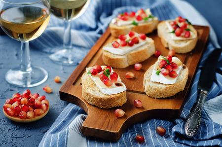 Crostini balsamici al melograno Brie. tonificante. messa a fuoco selettiva Archivio Fotografico - 88145923