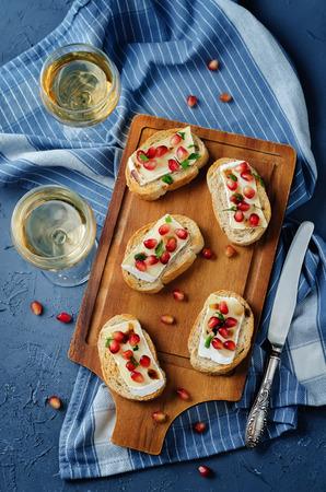 Crostini balsamici al melograno Brie. tonificante. messa a fuoco selettiva Archivio Fotografico - 88145927