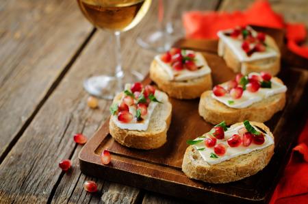Crostini balsamici al melograno Brie. tonificante. messa a fuoco selettiva Archivio Fotografico - 88145937