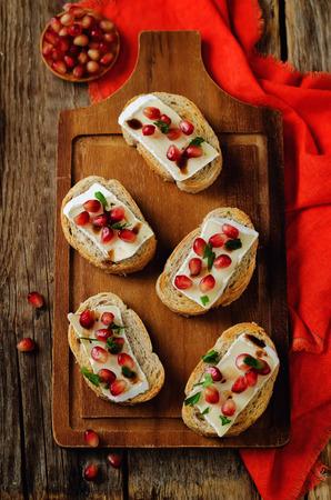 Crostini balsamici al melograno Brie. tonificante. messa a fuoco selettiva Archivio Fotografico - 88146143
