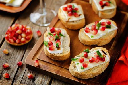 Crostini balsamici al melograno Brie. tonificante. messa a fuoco selettiva Archivio Fotografico - 88146147