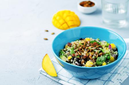 マンゴー黒豆ルッコラ カボチャ種子キノアのサラダ。調子を整えます。選択と集中 写真素材