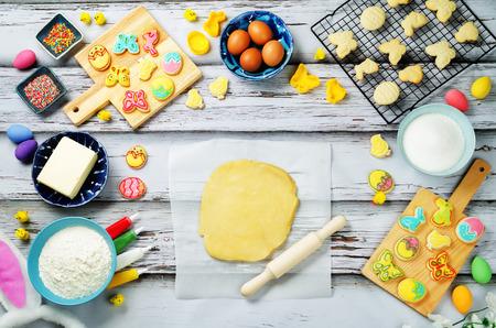 砂糖生地イースタークッキーとベーキングのための材料。調子。選択的焦点 写真素材