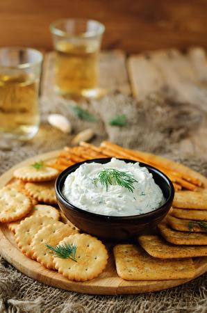 Feta cream cheese dill garlic dip with crackers. toning. selective focus 版權商用圖片 - 99481713