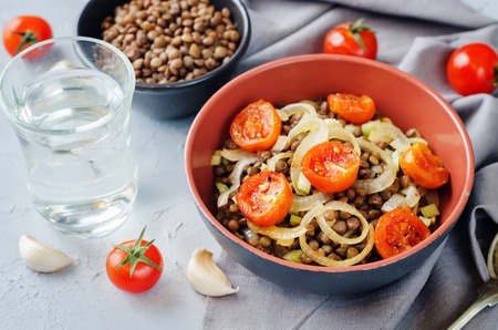 Green Lentil roasted onion and tomato salad. toning. selective focus Zdjęcie Seryjne