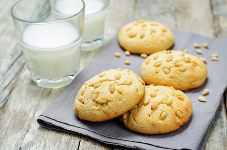 Pine nuts cookies with glasses of milk. Italian cuisine. toning. selective focus Zdjęcie Seryjne