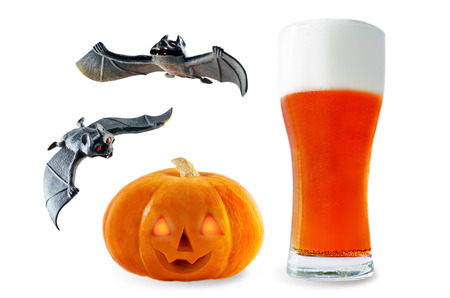 Beer list: red beer with pumpkin and bats isolated. Halloween concept Stockfoto