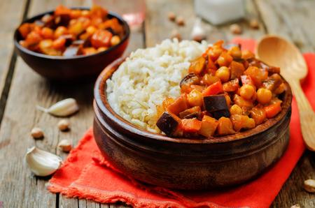 Curry de berenjena y tomate y garbanzos con arroz. viraje. enfoque selectivo Foto de archivo