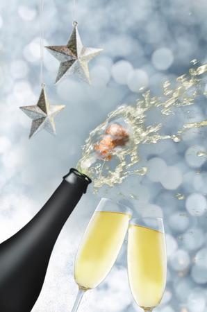 Butelka szampana z latającym korkiem i sprayem. tonowanie. selektywne skupienie