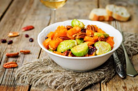 Roasted brussels sprouts honey pumpkin pecan salad. toning. selective Focus 版權商用圖片