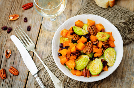 Roasted brussels sprouts honey pumpkin pecan salad. toning. selective Focus 版權商用圖片