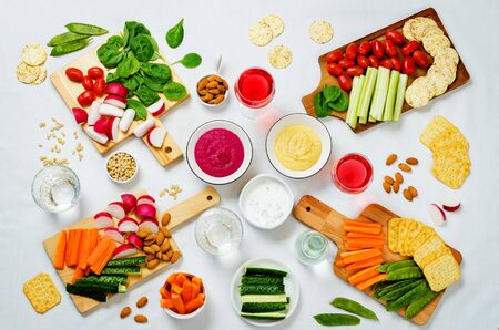 Variation of healthy vegan snacks. Vegetables, crackers, dip and hummus. toning. selective focus Banque d'images - 132081590