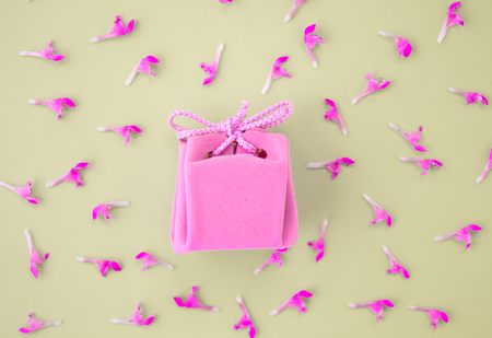 Pink gift card on a gray background with flowers. Beautiful delicate gift. Reklamní fotografie