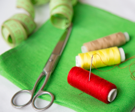 kit de costura: hilo y tijeras en la mesa, kit de costura Foto de archivo