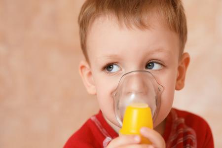 personas enfermas: Ni�o enfermo se hace la m�scara de inhalaci�n para respirar en su casa