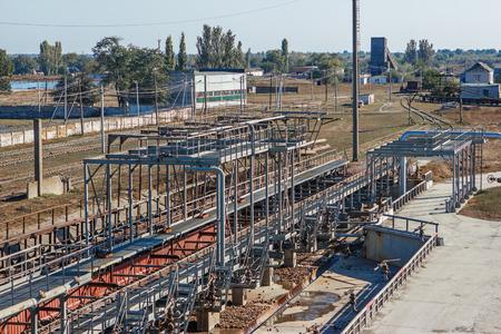 azucar: Los vagones de mercanc�as con la remolacha azucarera en el ferrocarril en la planta de az�car de remolacha. Descarga de f�brica de la remolacha para la producci�n de az�car, transporte de az�car f�brica de az�car de remolacha para la producci�n de az�car