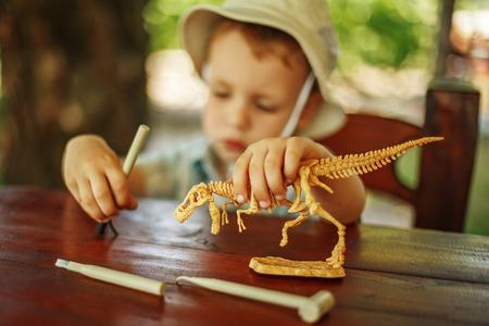 귀여운 꼬마는 고고학자가되고 싶어. 스톡 콘텐츠