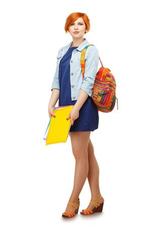 diligente: Retrato de cuerpo entero de chica estudiante diligente con carpetas y universitario mochila o universidad con el morral de colores aislados sobre fondo blanco