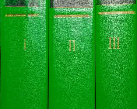 numeros romanos: Los volúmenes de libros antiguos con letras de oro en la cubierta con números romanos