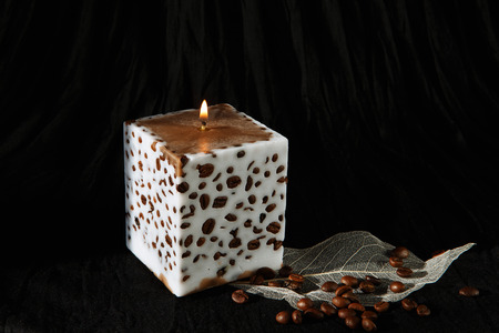 metier: Decorative Handmade candle with coffee beans. Candlelight. Beautiful handmade candle on cloth background