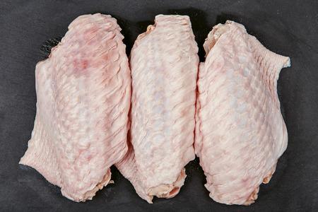 Raw turkey wings on black Slate Tray. Fresh turkey wingette on a black stone tray Foto de archivo