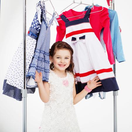 Kleine Frau Versucht, Neue Kleidung Auf Weißen Hintergrund. Kleines ...