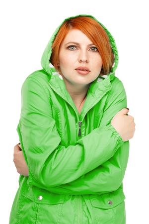 차가운 고립에서 떨고와 재킷에 여자의 초상화 흰색 배경에