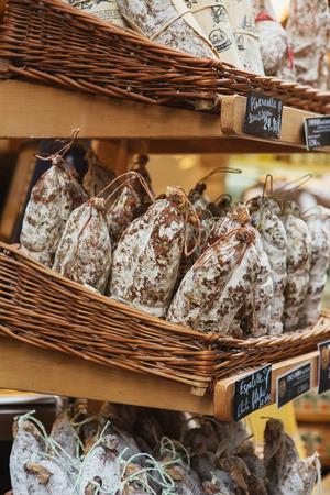 Saucissons sur le marché Borough à Londres. Saucissons est une grande saucisse française épaisse, généralement de texture et aromatisée aux herbes.