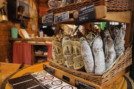 LONDRES - 23 AOÛT 2017: Saucissons sur le marché Borough à Londres. Saucissons est une grande saucisse française épaisse, généralement de texture et aromatisée aux herbes.