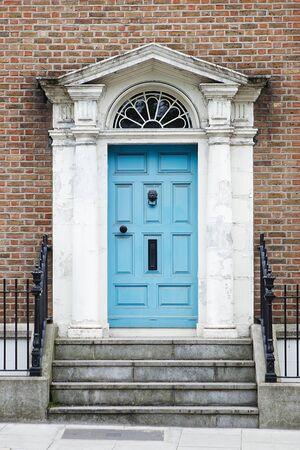 A blue door in Dublin, Ireland. Arched Georgian door house front in Dublin Stockfoto