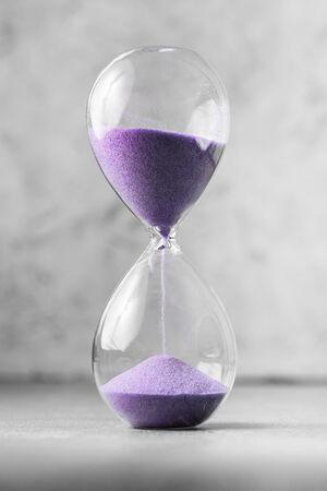 Reloj de arena de reloj de arena antiguo de estilo clásico. Un reloj de arena, un reloj de arena moderno o un temporizador de huevos que muestre el último segundo o el último minuto o el tiempo de espera. Con espacio de copia. Foto de archivo