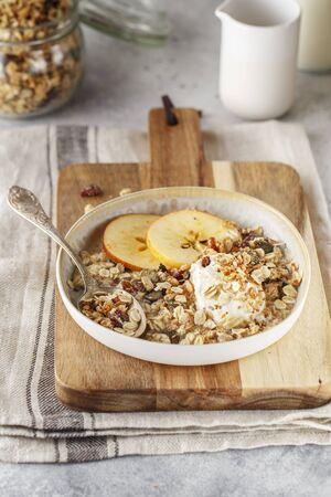 Céréales granola maison biologiques avec avoine, noix et baies séchées. Muesli dans un bocal en verre. Petit-déjeuner ou collation végétalien sain. Copiez l'espace pour le texte. Concept de bonne nutrition. Céréales pour le petit déjeuner.