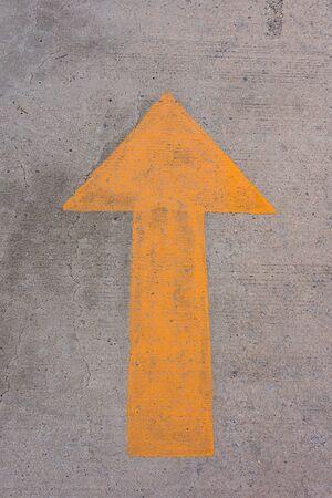 hormig�n: S�mbolo de la flecha en pavimentos de hormig�n