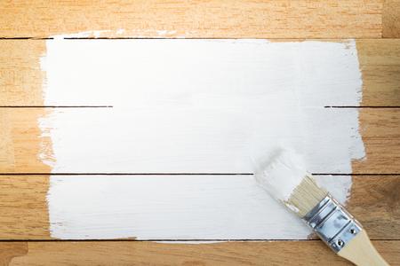 brocha de pintura: Espacio de pintura blanca con pincel sobre fondo de madera