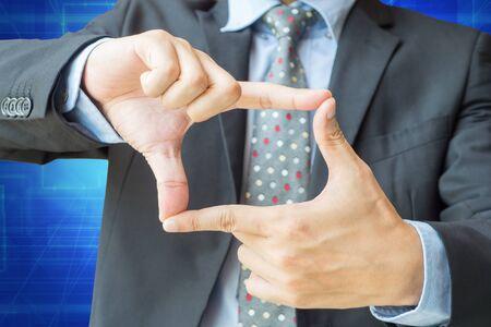dedo: la acci�n de marco del dedo del hombre de negocios con el camino de recortes para la visi�n, el enfoque o concepto objetivo.