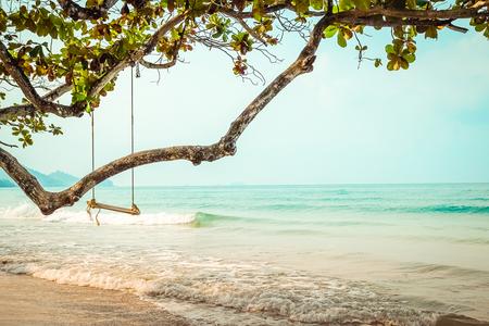 columpio: columpio de madera en la playa tropical Foto de archivo