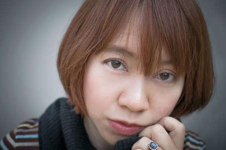 cabello corto: Mujer asi�tica con el retrato del pelo corto Foto de archivo