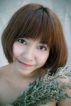 cabello corto: Mujer asiática con el retrato del pelo corto Foto de archivo