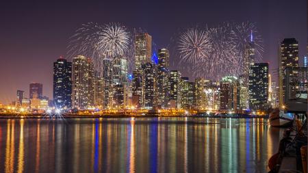 ミシガン湖と花火からの反射をシカゴのスカイライン 写真素材