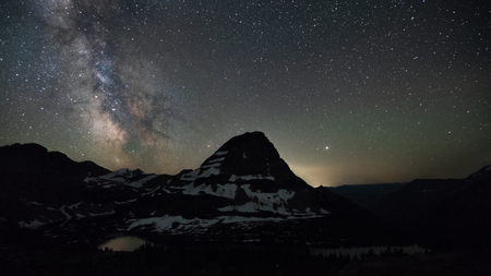 This is the picture of Raynolds Mountain at Hidden Lake area ast Glacier National Park, Wyoming, at night with mikway. 版權商用圖片