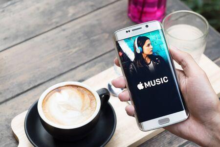 galaxie: CHIANG MAI, THAILAND - 20. November 2015: app Ein Mann Hand hält Screenshot von Apple Musik zeigt auf Samsung Galaxy S6 Rand. Apple-Musik ist eine Beta-Version auf Android.