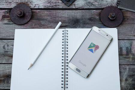 logo samsung: Chiangmai, Thái Lan -NOV 28, năm 2015, chụp màn hình bản đồ google trên cạnh samsung galaxy s6. Google Maps là một ứng dụng dịch vụ bản đồ web và công nghệ được cung cấp bởi Google.