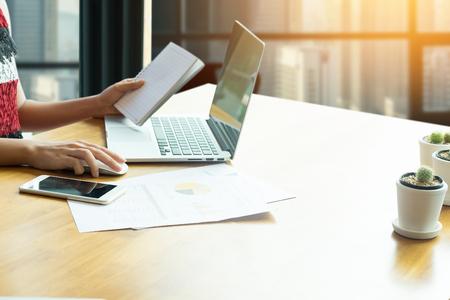 Joven mujer de negocios trabajando en equipo portátil mientras está sentado en la oficina, filtro de la vendimia Foto de archivo - 80125573