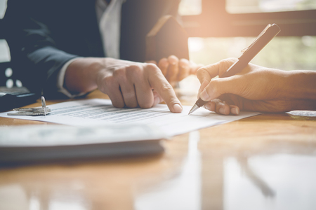 Biznesmen i pośrednik w handlu nieruchomościami podpisuje dokument dla dom dylowy, rocznika filtra skutek Zdjęcie Seryjne
