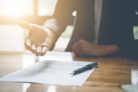 不動産業者は、契約署名顧客を署名する aggrement のための手を提供しています。不動産の概念