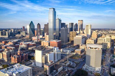 Luftaufnahme der Innenstadt von Dallas an einem Sommertag - Dallas, Texas, USA Standard-Bild