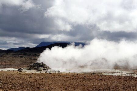 fumarole: Humeantes fumarolas en Hverir, Namafjall en el norte de Islandia (�rea Krafla)